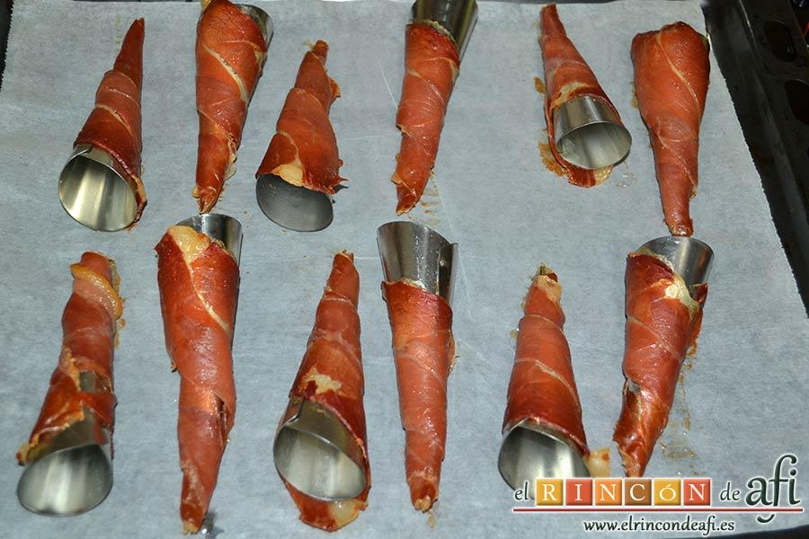 Cucuruchos de jamón serrano con bechamel de setas, hornear