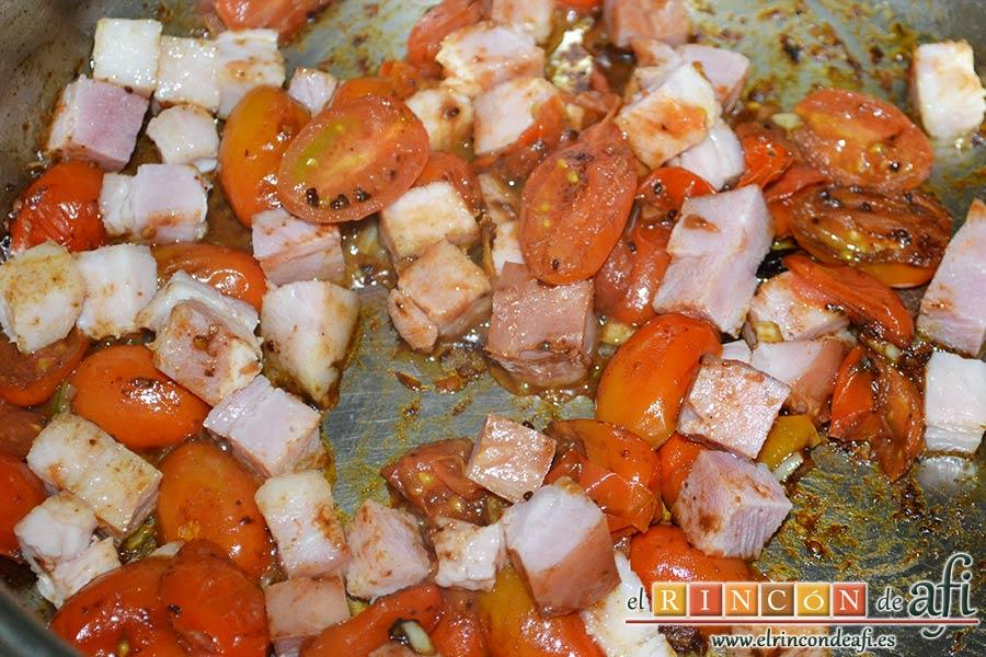 Tallarines con tomates cherry, bacon, queso y nueces, trocearlo y añadirlo para saltear