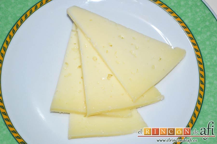 Tallarines con tomates cherry, bacon, queso y nueces, preparar el queso