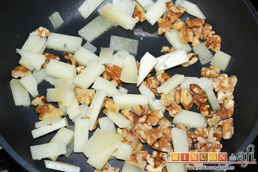 Tallarines con tomates cherry, bacon, queso y nueces, poner el queso y las nueces en una sartén