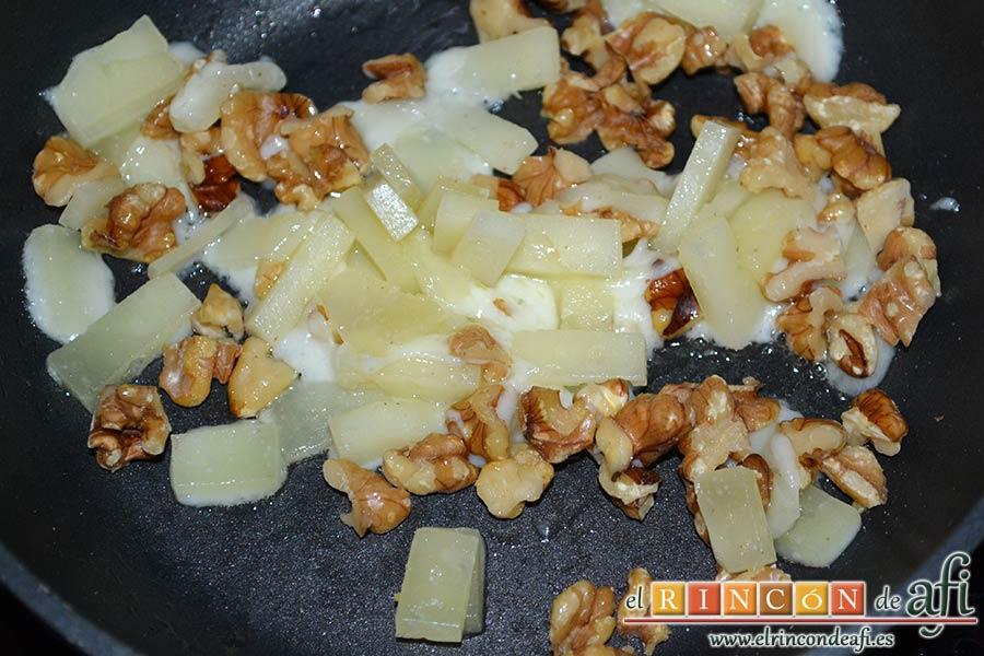 Tallarines con tomates cherry, bacon, queso y nueces, vigilar el momento en que el queso empiece a fundir