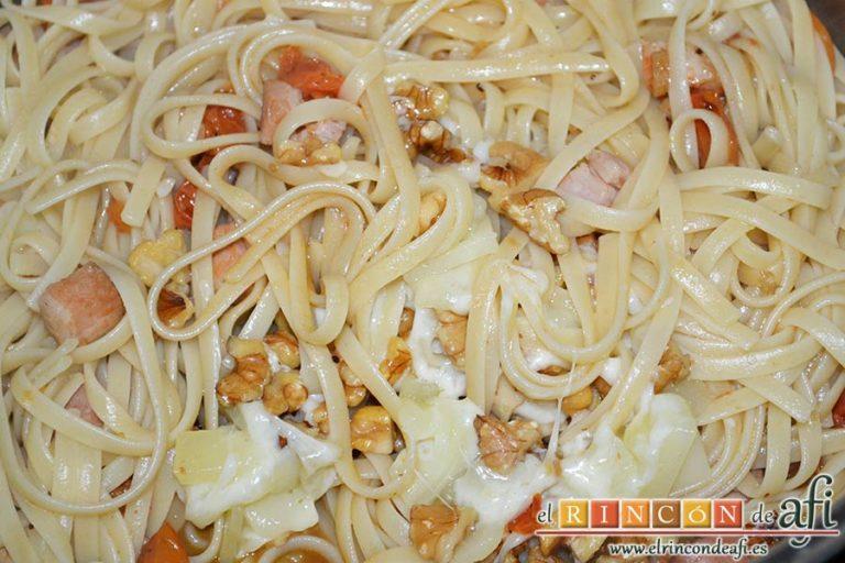 Tallarines con tomates cherry, bacon, queso y nueces, añadirlo y remover