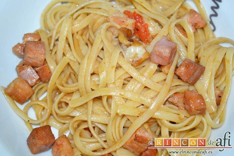 Tallarines con tomates cherry, bacon, queso y nueces, sugerencia de presentación