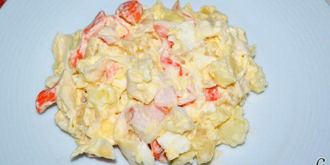 Ensalada de papas, huevos, palitos de cangrejo y piña
