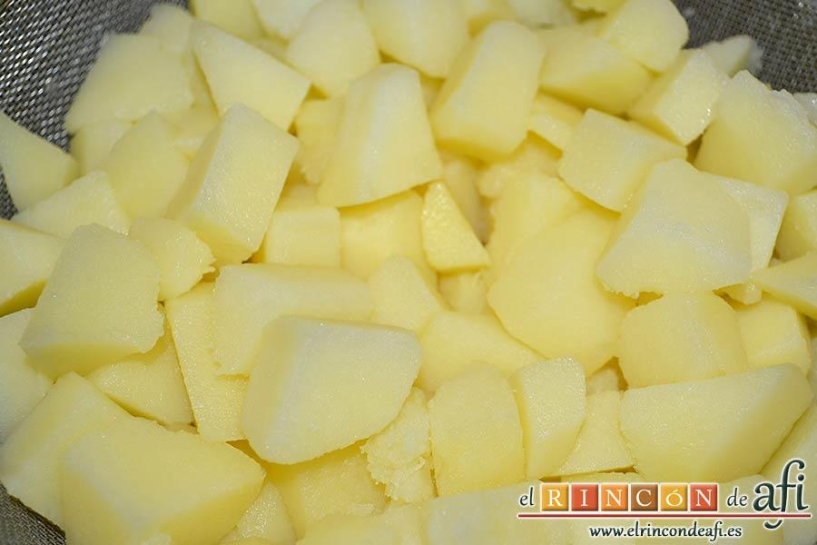 Ensalada de papas, huevos, palitos de cangrejo y piña, escurrir las papas y dejar que enfríen