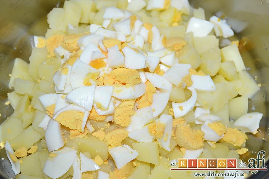 Ensalada de papas, huevos, palitos de cangrejo y piña, añadirlas al bol junto con los huevos picados