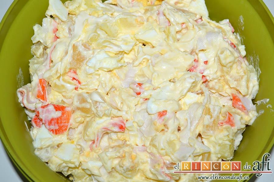 Ensalada de papas, huevos, palitos de cangrejo y piña, ponerlo en un bol y refrigerar hasta servir