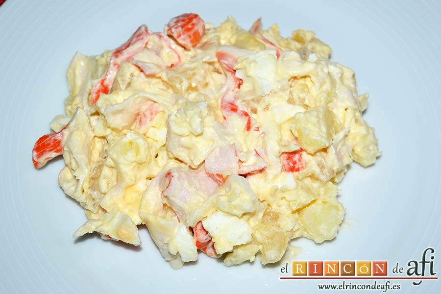 Ensalada de papas, huevos, palitos de cangrejo y piña, sugerencia de presentación