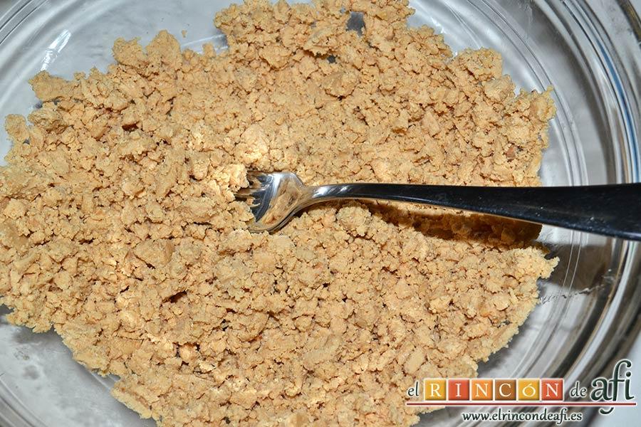 Galletas de turrón de Jijona, triturar ligeramente con tenedor