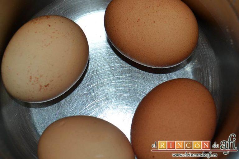Huevos rellenos en vasitos, sancochar los huevos en agua con vinagre