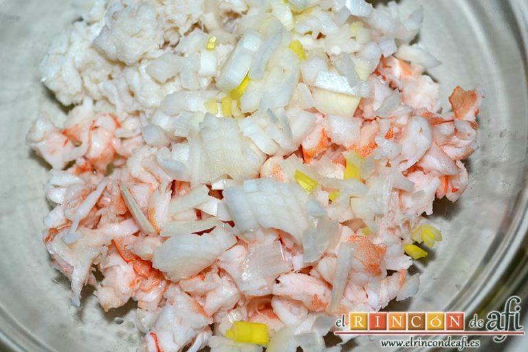 Huevos rellenos en vasitos, añadir la cebolleta a las carnes