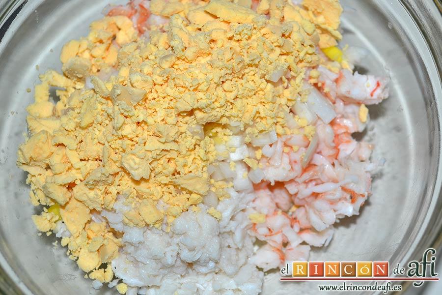 Huevos rellenos en vasitos, volcarla con el resto de ingredientes