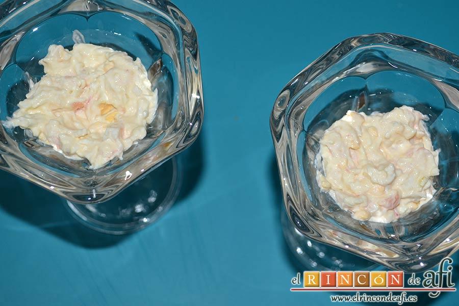 Huevos rellenos en vasitos, poner a continuación porciones de la mezcla