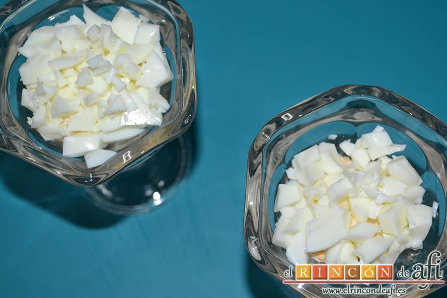 Huevos rellenos en vasitos, añadir más clara picada