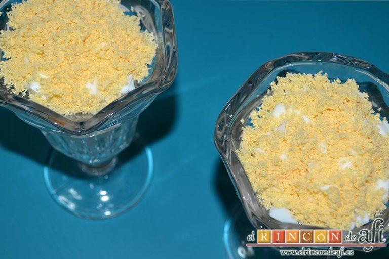 Huevos rellenos en vasitos, espolvorear por encima