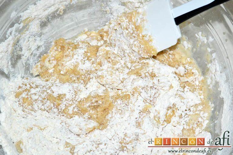 Pan especiado francés, usar una lengua para mezclar bien todos los ingredientes
