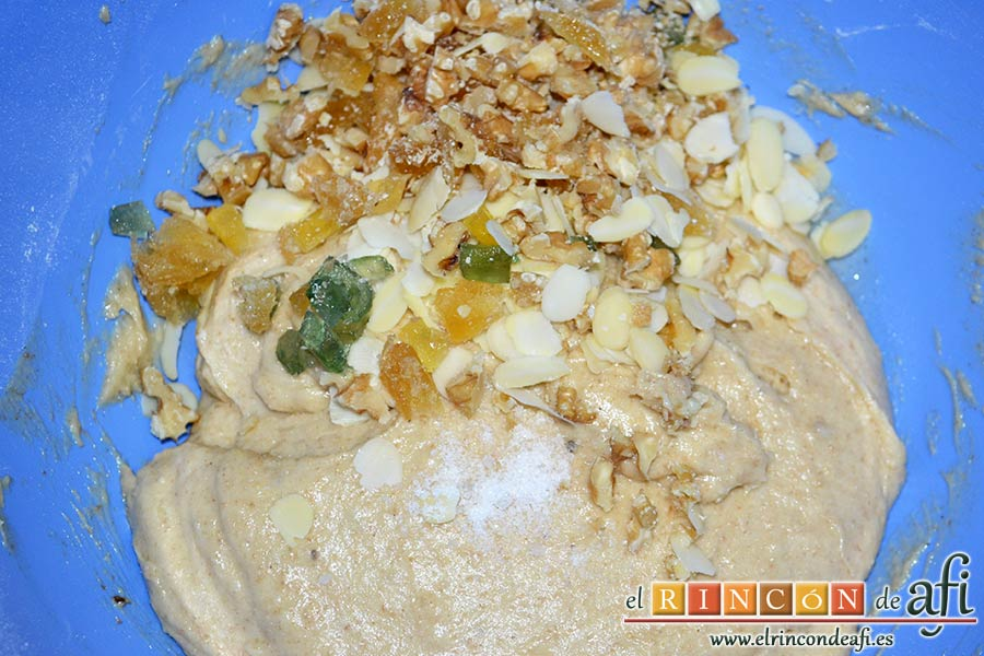 Pan especiado francés, añadir los frutos secos y la fruta escarchada