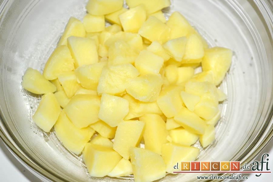 Papas, tomillo, jamón y queso, trocearlas y sancocharlas