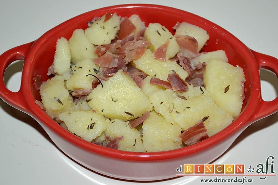 Papas, tomillo, jamón y queso, poner la mezcla en recipientes aptos para horno
