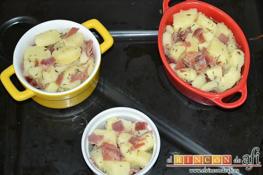 Papas, tomillo, jamón y queso, ponerlos en la bandeja de horno