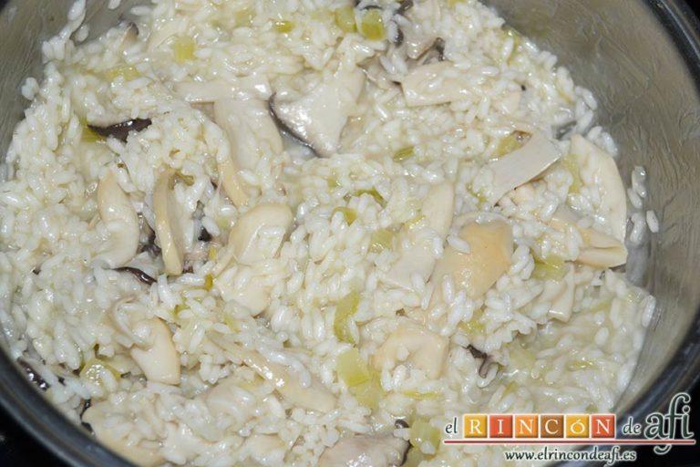 Risotto de boletus, verter cucharones de caldo de pollo caliente