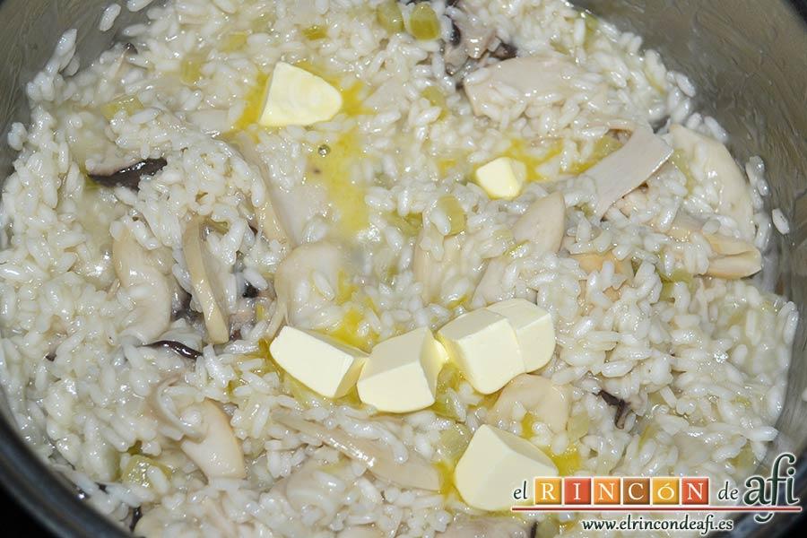 Risotto de boletus, mantecar añadiendo la mantequilla