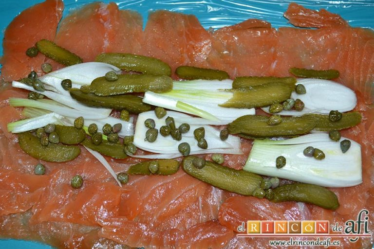 Rollo de salmón y tortilla, poner en el centro la cebolleta, el pepinillo y las alcaparras