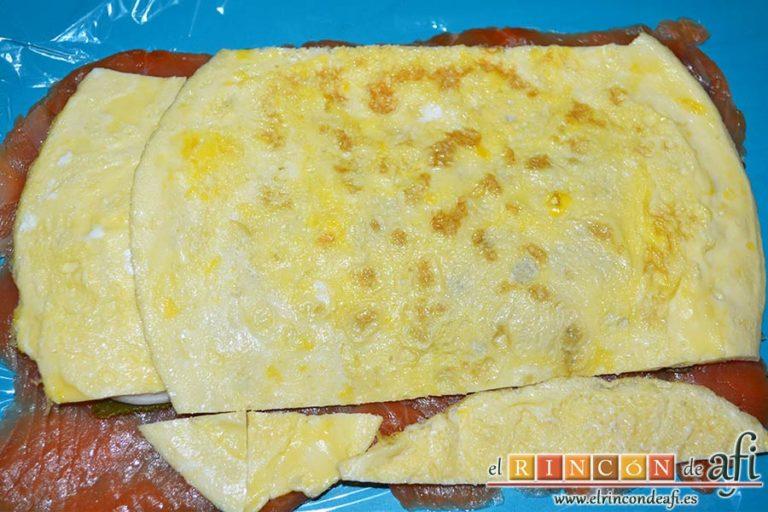 Rollo de salmón y tortilla, cortar la tortilla francesa y disponerla por encima también