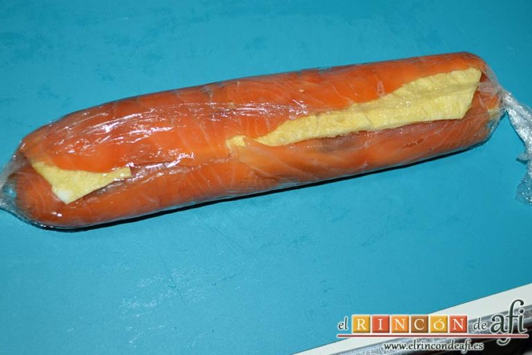 Rollo de salmón y tortilla, apretarlo firmemente para formar un rollito