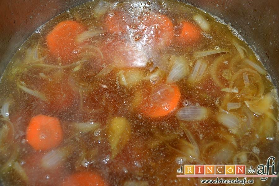 Solomillo de cerdo al cava en olla exprés, añadir la zanahoria y el concentrado de carne