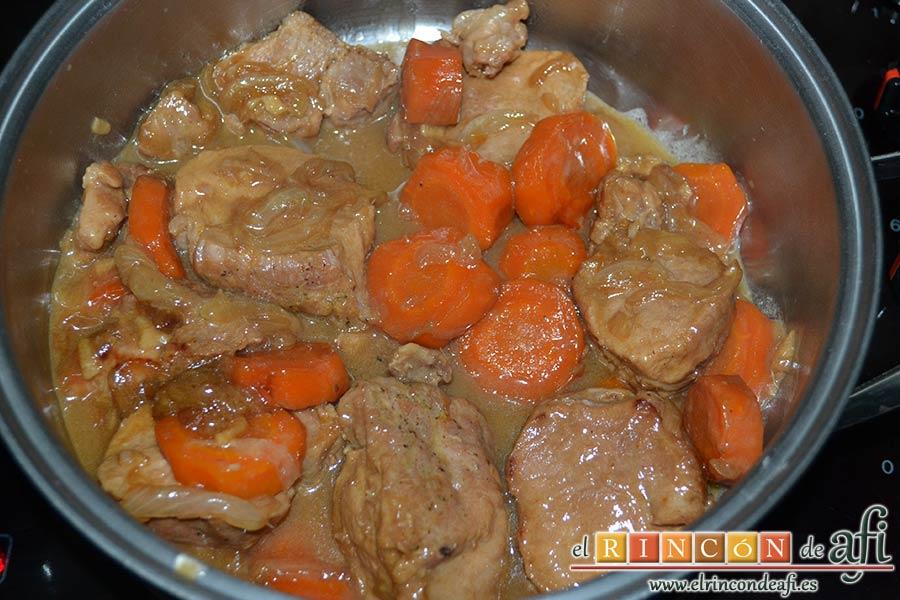 Solomillo de cerdo al cava en olla exprés, cocinar y comprobar que está todo tierno