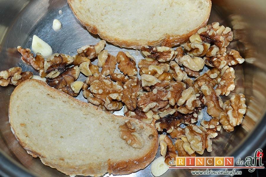Sopa de nueces, poner en un caldero el pan, las nueces y el ajo