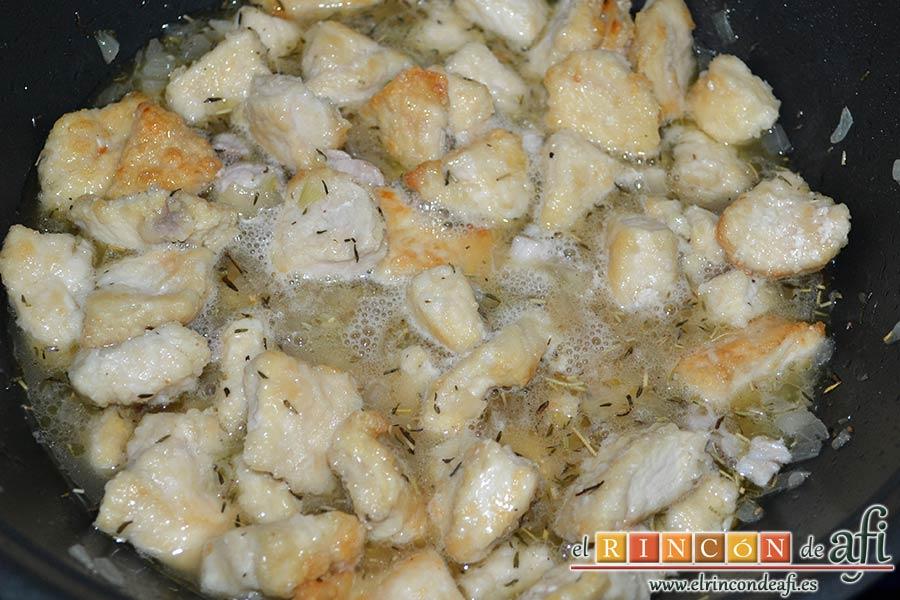 Estofado de pechuga de pollo con cerveza artesana, dejar evaporar el alcohol a fuego vivo