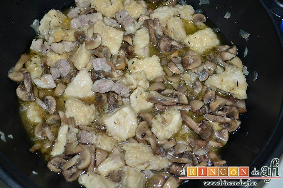 Estofado de pechuga de pollo con cerveza artesana, mezclar todo con cuidado