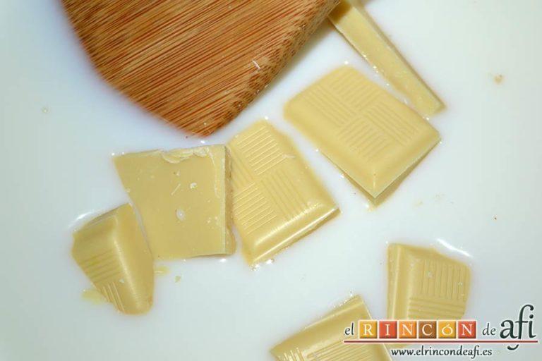 Flan de chocolate blanco, añadir el chocolate blanco y remover