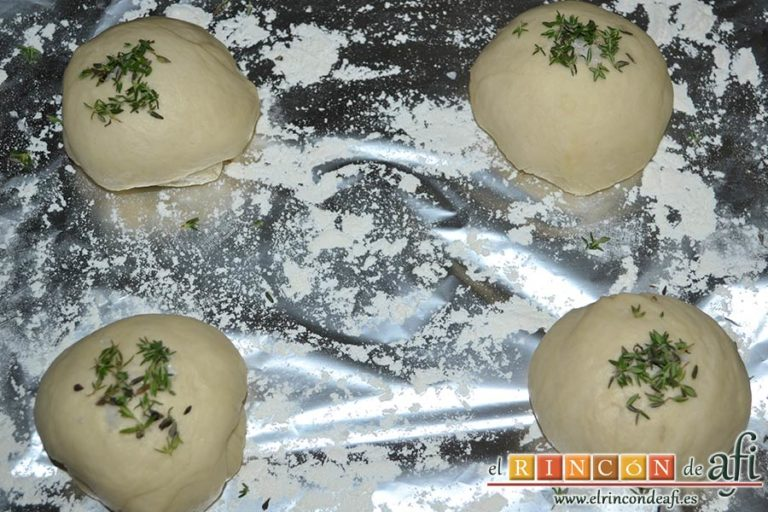 Pan de aceite con aroma de tomillo, poner en cada bola escamas de sal y hojitas de tomillo