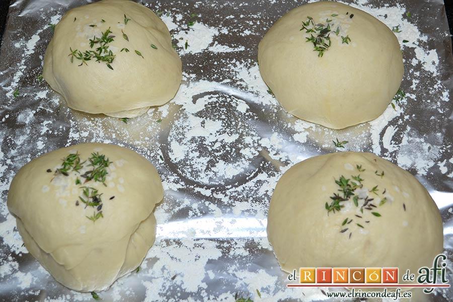 Pan de aceite con aroma de tomillo, dejar reposar otra hora más para que aumenten su volumen