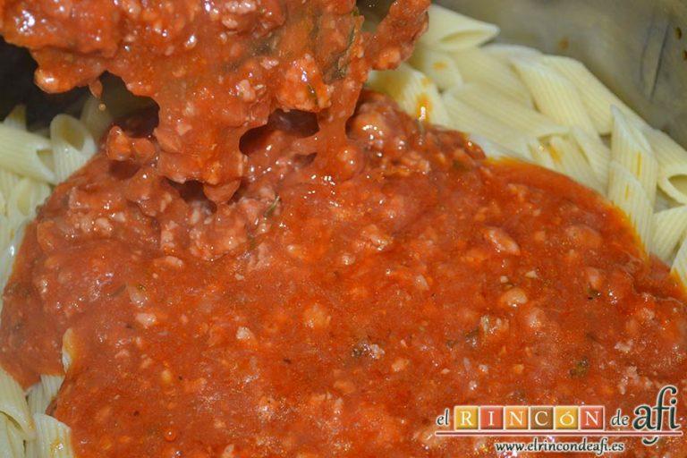 Penne rigate con longanizas a la boloñesa, volcar por encima la salsa