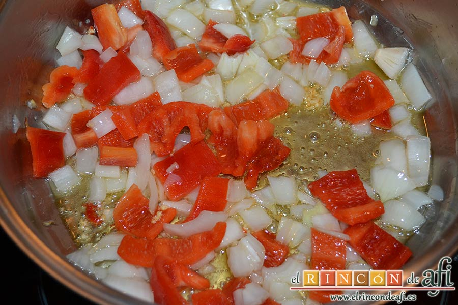 Revuelto de calabacines con setas, añadir el pimiento