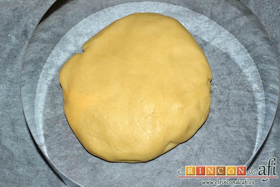 Shortbread de fresas con crema pastelera, refrigerar y pasar la pasta al fondo de un molde