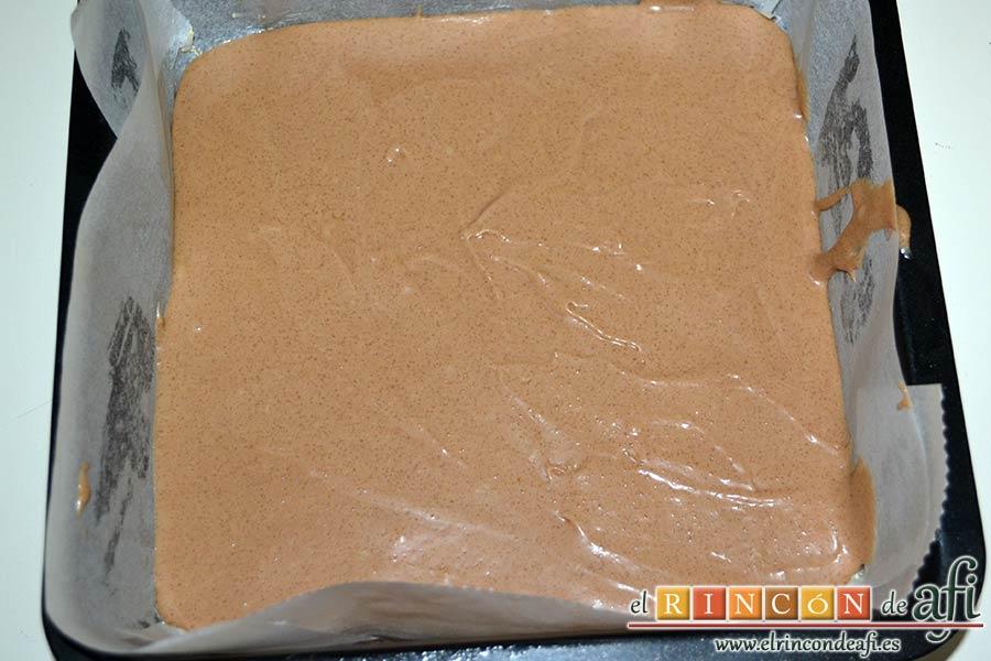 Brownie de leche condensada, verter la mitad de la mezcla en el molde