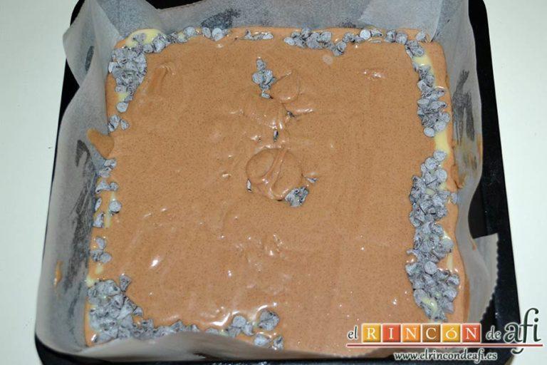 Brownie de leche condensada, verter por encima la otra mitad de la mezcla