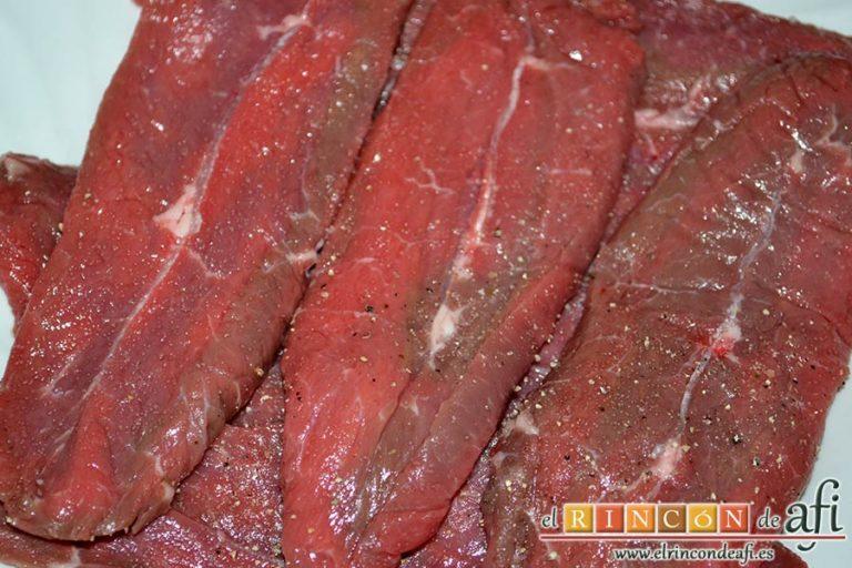 Filetes de espaldilla de ternera marinados con miel y mostaza, salpimentar los filetes