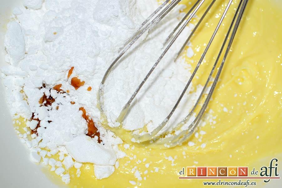 Galletas de corazón, añadir el azúcar glass y la esencia de vainilla