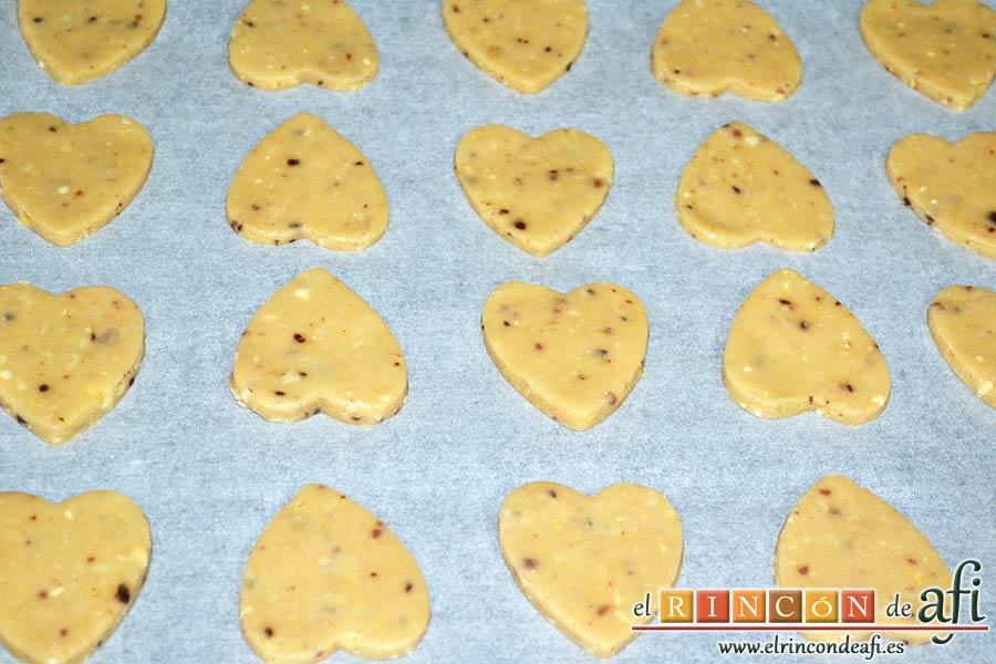 Galletas de corazón, disponer sobre bandeja con papel de horno