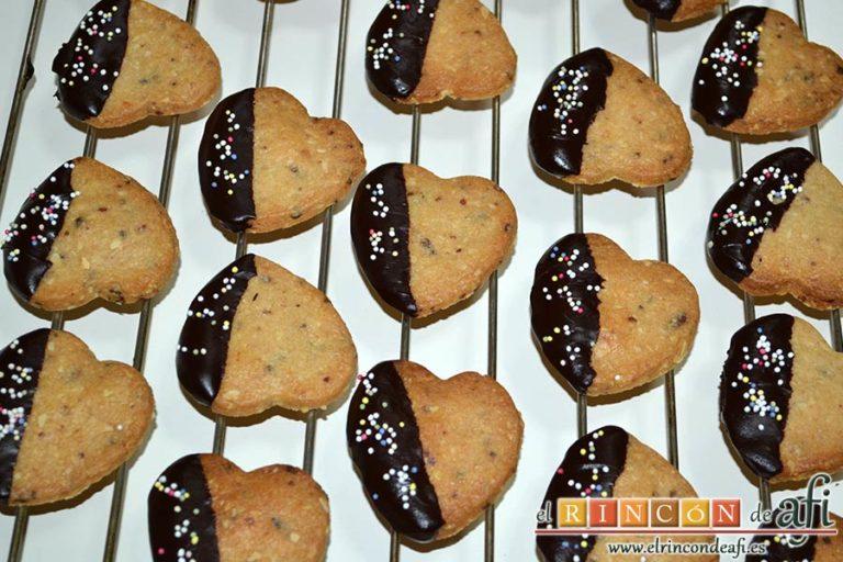 Galletas de corazón, introducir la mitad de las galletas en la ganache y dejar enfriar sobre rejilla
