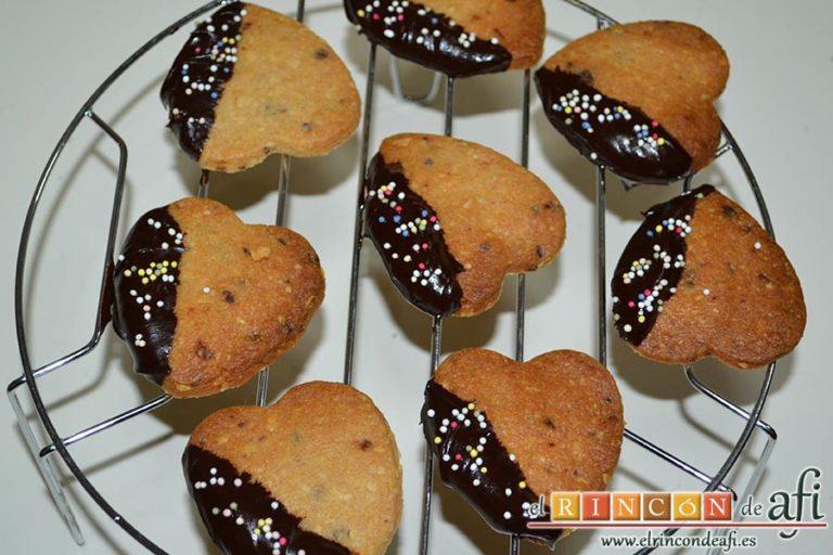 Galletas de corazón, espolvorear perlitas de colores mientras esté el chocolate caliente