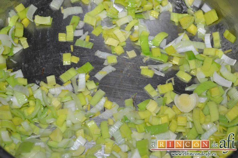 Tagliatelle con puerro y robellones, pochar el puerro con aceite de oliva