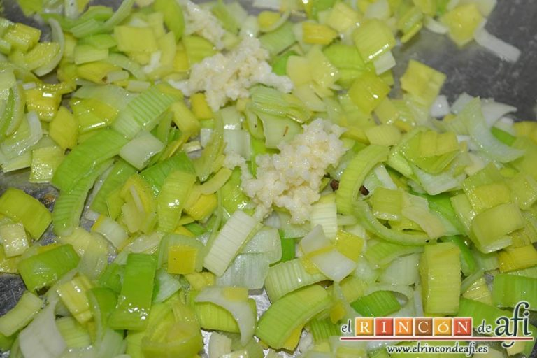 Tagliatelle con puerro y robellones, añadir el medio ajo machacado