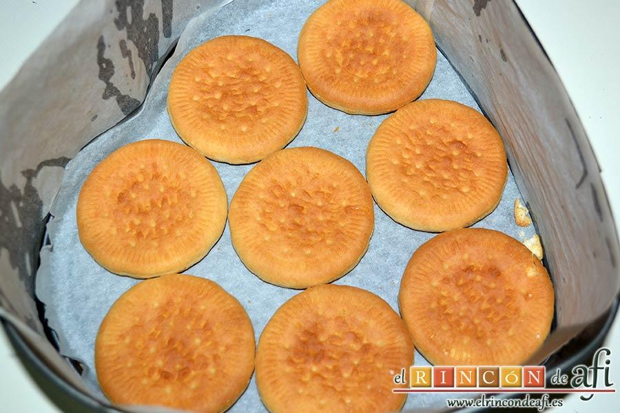 Tarta de limón con galletas sin horno, forrar el molde y cubrir con galletas la base